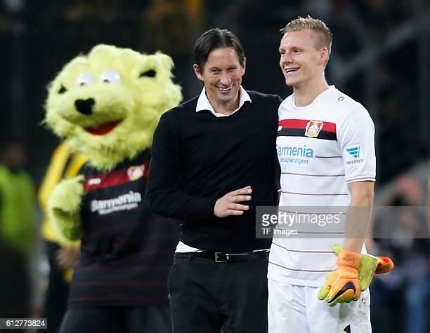 Leverkusen Germany 1 Bundesliga 6 Spieltag Bayer 04 Leverkusen Borussia Dortmund Torwart Bernd Leno mit Cheftrainer Roger Schmidt nach dem Spiel