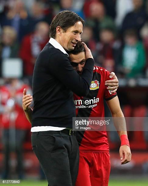 Leverkusen Germany 1 Bundesliga 6 Spieltag Bayer 04 Leverkusen Borussia Dortmund Cheftrainer Roger Schmidt umarmt Hakan Calhanoglu nach dem Spiel