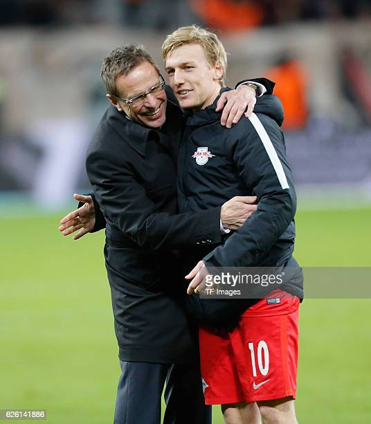 Leverkusen Germany 1 Bundesliga 11 Spieltag Bayer 04 Leverkusen RB Leipzig Ralf Rangnick umarmt Emil Forsberg nach dem Abpfiff