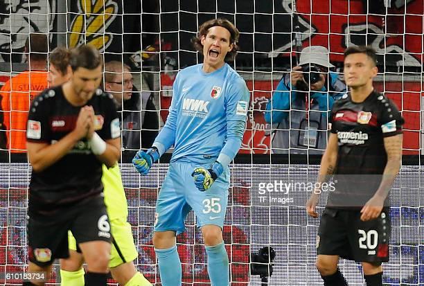 Leverkusen Germany 1 Bundesliga 4 Spieltag Bayer 04 Leverkusen FC Augsburg Torwart Marvin Hitz jubelt nach dem verschossenen Elfmeter von Charles...