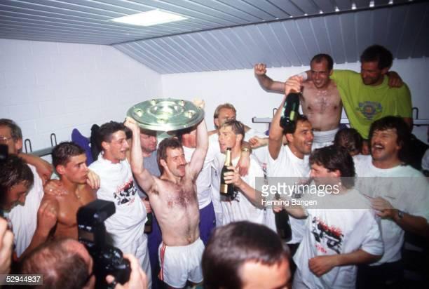 1 BUNDESLIGA 91/92 Leverkusen LEVERKUSEN VFB STUTTGART 12 JUBEL VFB STUTTGART DEUTSCHER MEISTER 1992 Fritz WALTER mit der MEISTERSCHALE in der...