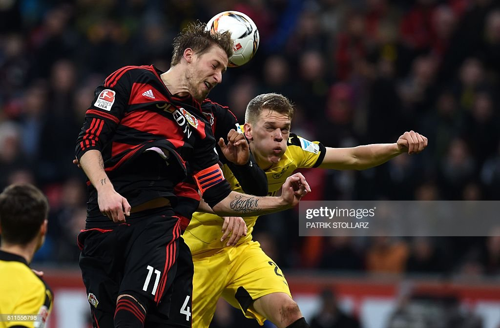 Leverkusen's forward Stefan Kiessling (L) and Dortmund's defender Matthias Ginter during the German first division Bundesliga football match of Bayer 04 Leverkusen vs Borussia Dortmund in Leverkusen, western Germany, on February 21, 2016. / AFP / PATRIK