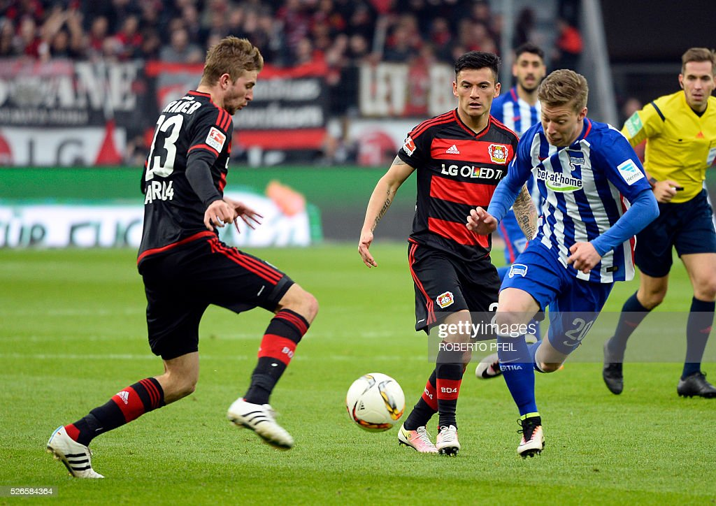 Leverkusen's midfielder Christoph Kramer (L) and Hertha's midfielder Mitchell Weiser vie for the ball during the German first division Bundesliga football match Bayer 04 Leverkusen v Hertha Berlin in Leverkusen, western Germany, on April 30, 2016. / AFP / Roberto Pfeil