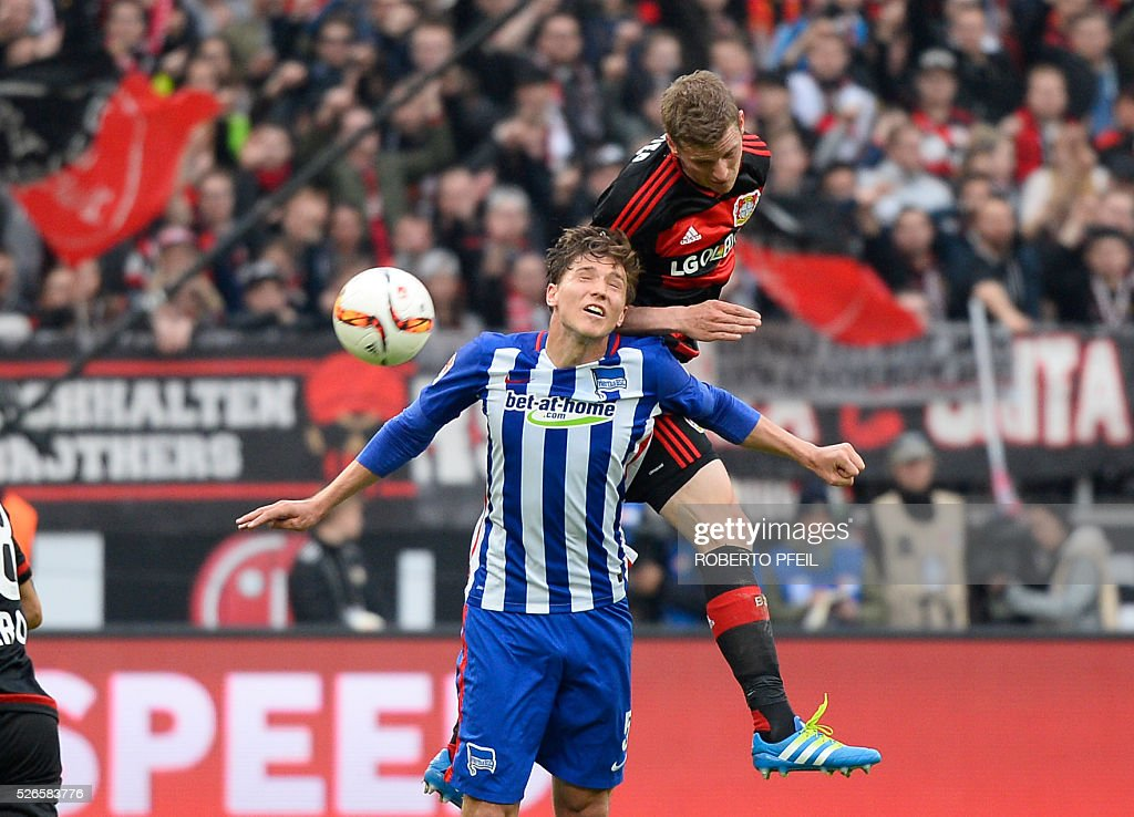 Leverkusen's midfielder Lars Bender (R)and Hertha's midfielder Niklas Stark vie for the ball during the German first division Bundesliga football match Bayer 04 Leverkusen v Hertha Berlin in Leverkusen, western Germany, on April 30, 2016. / AFP / Roberto Pfeil