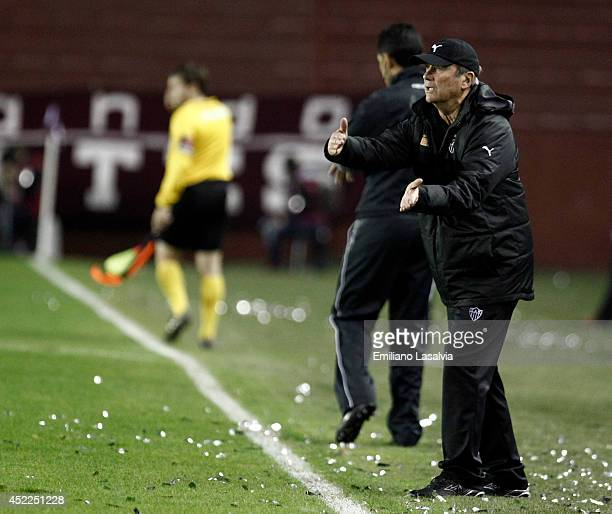 Levir Culpi coach of Atletico Mineiro gives instructions to his players during a match between Lanus and Atletico Mineiro as part of Recopa Santander...