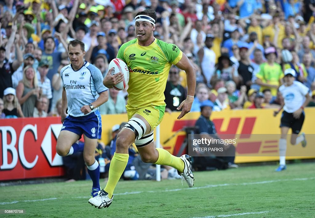 Lewis Holland of Australia scores a try against New Zealand in the Cup final in the Sydney Sevens rugby union tournament in Sydney on February 7, 2016. AFP PHOTO / Peter PARKS -- IMAGE RESTRICTED TO EDITORIAL USE - NO COMMERCIAL USE / AFP / PETER PARKS