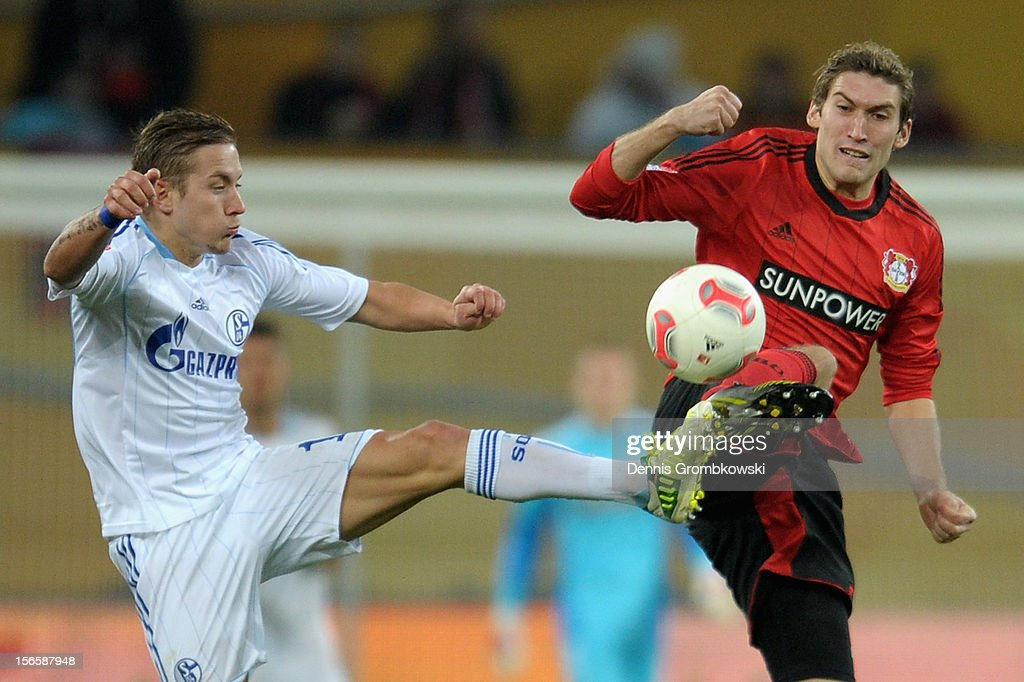 <a gi-track='captionPersonalityLinkClicked' href=/galleries/search?phrase=Lewis+Holtby&family=editorial&specificpeople=5351202 ng-click='$event.stopPropagation()'>Lewis Holtby</a> of Schalke and <a gi-track='captionPersonalityLinkClicked' href=/galleries/search?phrase=Stefan+Reinartz&family=editorial&specificpeople=2244849 ng-click='$event.stopPropagation()'>Stefan Reinartz</a> of Leverkusen battle for the ball during the Bundesliga match between Bayer 04 Leverkusen and FC Schalke 04 at BayArena on November 17, 2012 in Leverkusen, Germany.