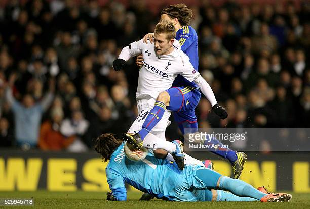 Lewis Holtby of Tottenham Hotspur is tackled by goalkeeper Yann Sommer and Kay Voser of FC Basel