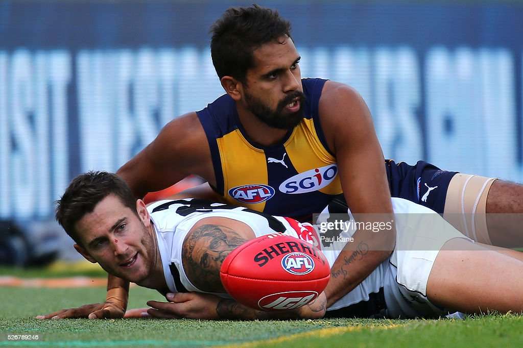 <a gi-track='captionPersonalityLinkClicked' href=/galleries/search?phrase=Lewis+Jetta&family=editorial&specificpeople=6544948 ng-click='$event.stopPropagation()'>Lewis Jetta</a> of the Eagles tackles Jeremy Howe of the Magpies across the boundary line during the round six AFL match between the West Coast Eagles and the Collingwood Magpies at Domain Stadium on May 1, 2016 in Perth, Australia.