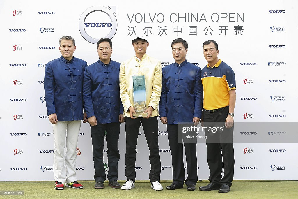 Li Haotong (C) of China holds the trophy after winning the Volvo China Open at Topwin Golf and Country Club on May 1, 2016 in Beijing, China.