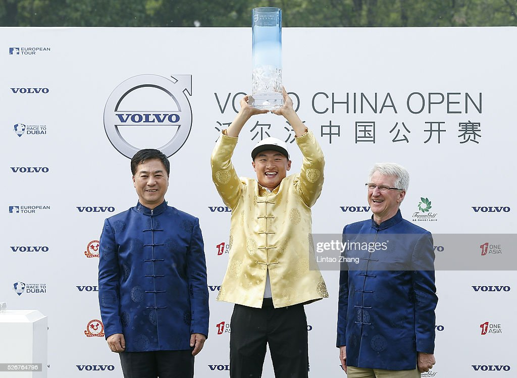 Li Haotong (C) of China holds the trophy with China Golf Vice President Zhang Xiaoning (L) and Senior Vice President of Volvo Cars China Operations Lars Danielson after winning the Volvo China Open at Topwin Golf and Country Club on May 1, 2016 in Beijing, China.
