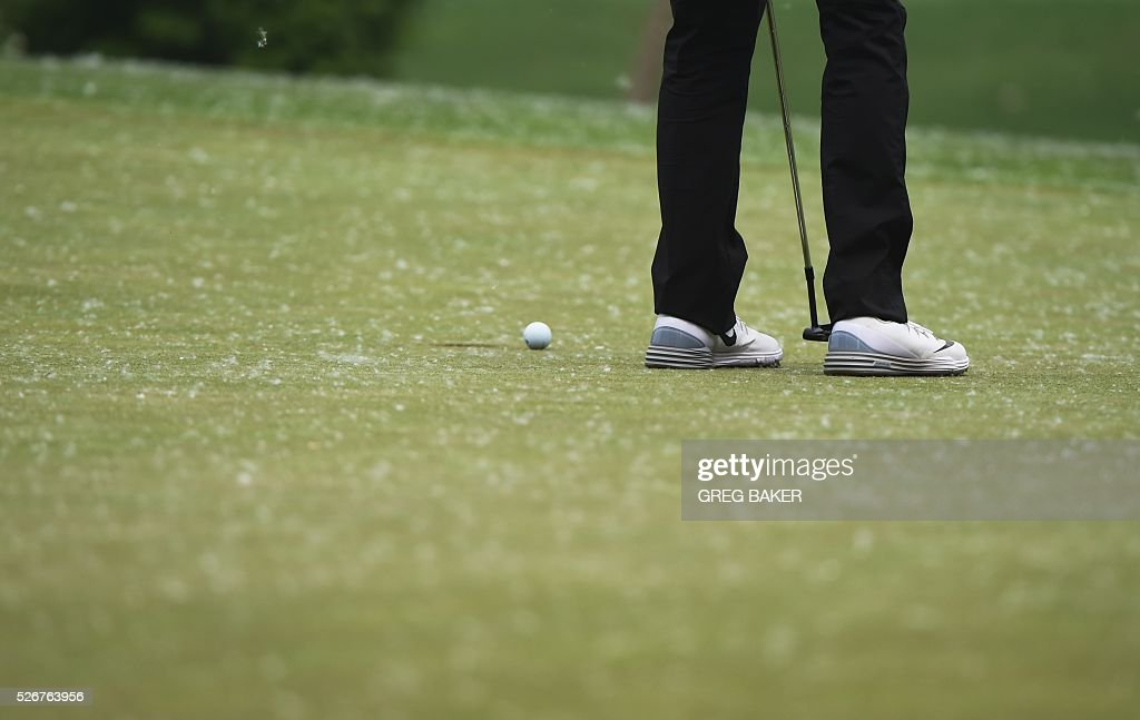 Li Haotong of China putts on the 17th green during the final round of the Volvo China Open golf tournament in Beijing on May 1, 2016. / AFP / GREG