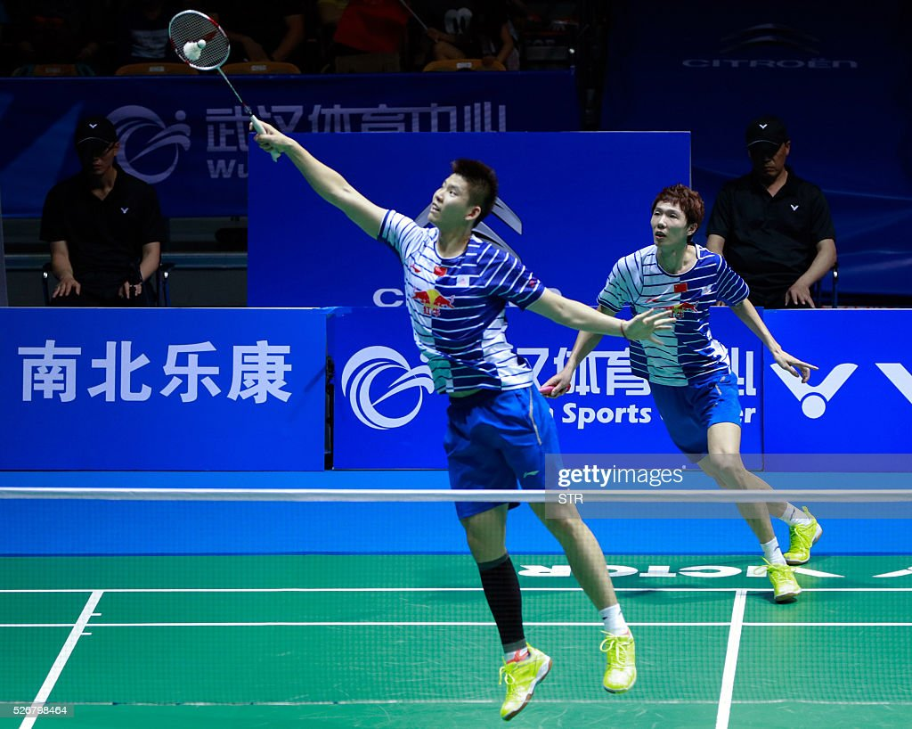 Li Junhui (R) and Liu Yuchen of China hit a return to Lee Yong Dae and Yoo Yeon Seong of South Korea during their men's doubles final match at the 2016 Badminton Asia Championships in Wuhan, central China's Hubei province on May 1, 2016. / AFP / STR