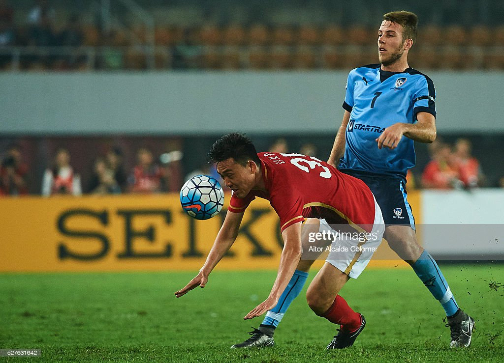 Li Xuepeng of Guangzhou Evergrande(L) competes for the ball with Andrew Hoole of Sydney FC (R) during the AFC Asian Champions League match between Guangzhou Evergrande FC and Sydney FC at Tianhe Stadium on May 3, 2016 in Guangzhou, China.