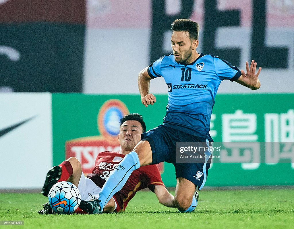 Li Xuepeng of Guangzhou Evergrande (L) competes for the ball with <a gi-track='captionPersonalityLinkClicked' href=/galleries/search?phrase=Milos+Ninkovic&family=editorial&specificpeople=4695877 ng-click='$event.stopPropagation()'>Milos Ninkovic</a> of Sydney FC (R) during the AFC Asian Champions League match between Guangzhou Evergrande FC and Sydney FC at Tianhe Stadium on May 3, 2016 in Guangzhou, China.