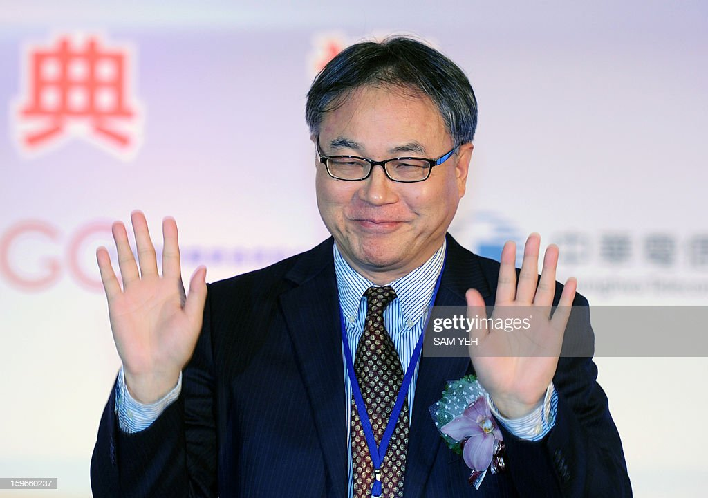 Li Yue, executive director and chief executive officer of China Mobile Limited, waves to the press during a ceremony in Taipei to link the first undersea fibre-optic cable between Taiwan and China on January 18, 2013. The first undersea fibre-optic cable between China and Taiwan is set to begin operating this week, official media reported, the latest sign of closer links between the Cold War rivals. AFP PHOTO / Sam Yeh