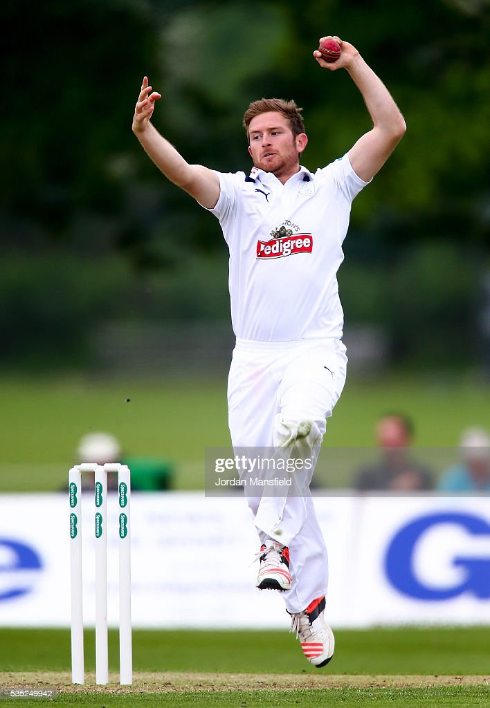 <a gi-track='captionPersonalityLinkClicked' href=/galleries/search?phrase=Liam+Dawson+-+Cricketspieler&family=editorial&specificpeople=15526638 ng-click='$event.stopPropagation()'>Liam Dawson</a> of Hampshire bowls during day one of the Specsavers County Championship Division One match between Middlesex and Hampshire at Merchant Taylors' School on May 29, 2016 in Northwood, England.