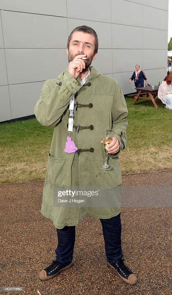 ¿Cuánto mide Liam Gallagher? - Real height Liam-gallagher-poses-on-stage-during-the-british-summer-time-festival-picture-id452072680