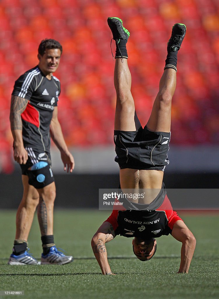 <a gi-track='captionPersonalityLinkClicked' href=/galleries/search?phrase=Liam+Messam&family=editorial&specificpeople=601526 ng-click='$event.stopPropagation()'>Liam Messam</a> of the All Blacks stands upside down during the New Zealand All Blacks Captains Run at the Nelson Mandela Bay Stadium on August 19, 2011 in Port Elizabeth, South Africa.