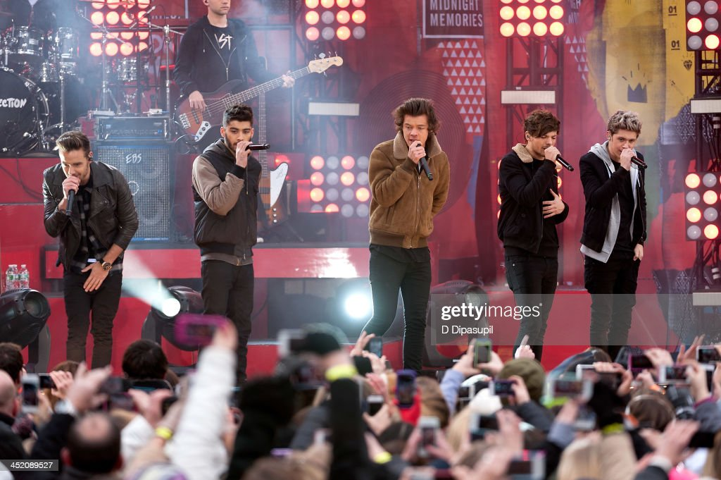 <a gi-track='captionPersonalityLinkClicked' href=/galleries/search?phrase=Liam+Payne&family=editorial&specificpeople=7235152 ng-click='$event.stopPropagation()'>Liam Payne</a>, <a gi-track='captionPersonalityLinkClicked' href=/galleries/search?phrase=Zayn+Malik&family=editorial&specificpeople=7298822 ng-click='$event.stopPropagation()'>Zayn Malik</a>, <a gi-track='captionPersonalityLinkClicked' href=/galleries/search?phrase=Harry+Styles&family=editorial&specificpeople=7229830 ng-click='$event.stopPropagation()'>Harry Styles</a>, <a gi-track='captionPersonalityLinkClicked' href=/galleries/search?phrase=Louis+Tomlinson&family=editorial&specificpeople=7235196 ng-click='$event.stopPropagation()'>Louis Tomlinson</a>, and <a gi-track='captionPersonalityLinkClicked' href=/galleries/search?phrase=Niall+Horan&family=editorial&specificpeople=7229827 ng-click='$event.stopPropagation()'>Niall Horan</a> of One Direction perform on ABC's 'Good Morning America' at Rumsey Playfield, Central Park on November 26, 2013 in New York City.
