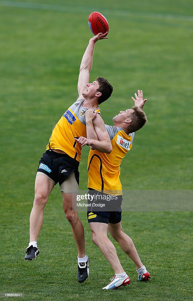 Liam Shiels tries to mark the football against <a gi-track='captionPersonalityLinkClicked' href=/galleries/search?phrase=Sam+Mitchell+-+Australian+Rules+Football+Player&family=editorial&specificpeople=15086217 ng-click='$event.stopPropagation()'>Sam Mitchell</a> during a Hawthorn Hawks pre-season AFL training session at Waverley Park on November 26, 2012 in Melbourne, Australia.