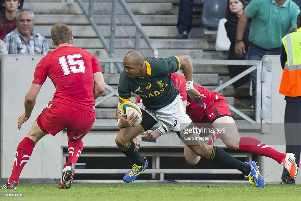 <a gi-track='captionPersonalityLinkClicked' href=/galleries/search?phrase=Liam+Williams&family=editorial&specificpeople=7852399 ng-click='$event.stopPropagation()'>Liam Williams</a> of Wales moves towards Cornal Hendricks of South Africa during the 2nd test match between South Africa and Wales at Mbombela Stadium on June 21, 2014 in Nelspruit, South Africa.