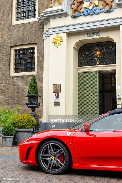 Entrée du Restaurant Liberije avec une Ferrari sur le devant