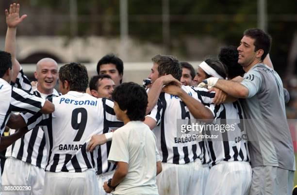 Libertad´s players celebrate after winning the 2007 Paraguayan closure championship 25 November 2007 in Asuncion Libertad won the championship by...