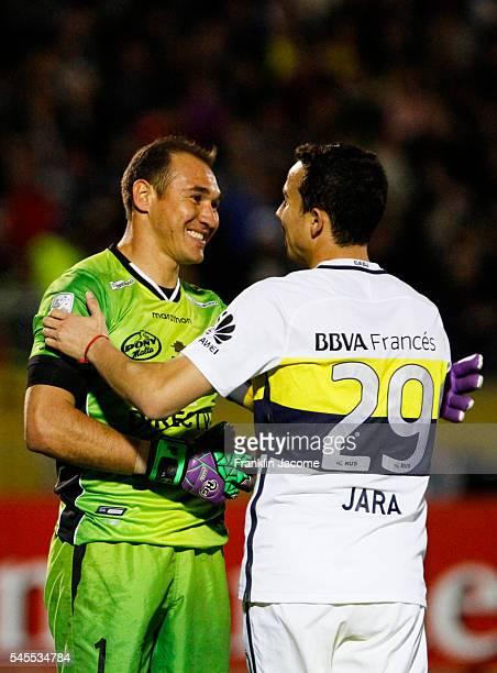 Librado Azcona of Independiente del Valle greets Leonardo Jara of Boca Juniors during a first leg match between Independiente del Valle and Boca...