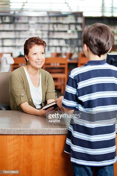 Bibliothécaire obligés de lecture de petit garçon au moment du départ