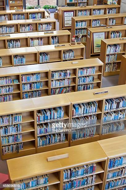 Biblioteca estantes a partir de cima