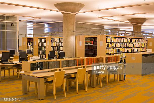 Biblioteca Interior com computadores, tabelas, livros, prateleiras, cadeiras, leitura áreas
