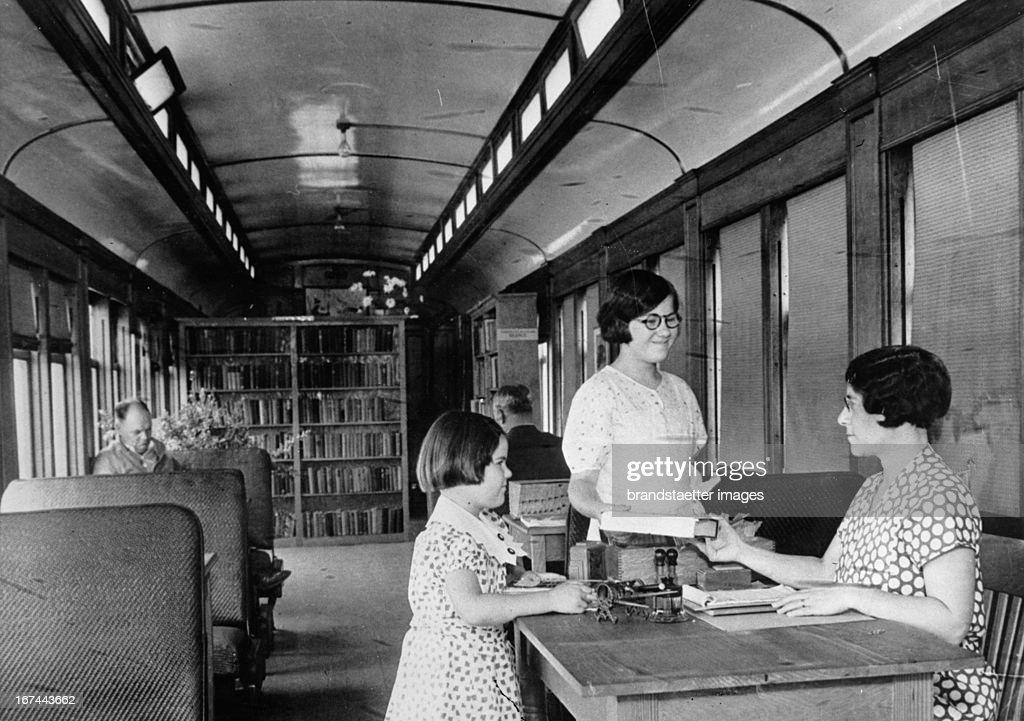 A library on wheels. Point Reyes / California. About 1935. Photograph. (Photo by Imagno/Getty Images) Eine Bibliothek auf Rädern. Point Reyes/Kalifornien. Um 1935. Photographie. .