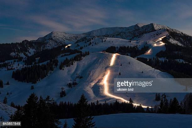 Lichter von Pistenraupen ziehen ihre Bahnen auf den Pisten im Skigebiet Sudelfeld bei Nacht am 200215 bei Bayrischzell
