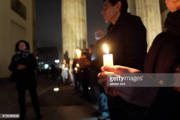 Lichterkette durch Berlin als Zeichen der Solidarität mit den Flüchtlingen unter dem Motto Flüchtlinge willkommen Fluchtursachen überwinden...