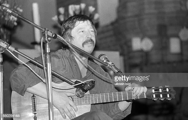 Liedermacher Wolf Biermann singt in der Gethsemanekirche anlässlich einer Wahlkampfveranstaltung von Bündnis 90 zur bevorstehenden ersten freien Wahl...