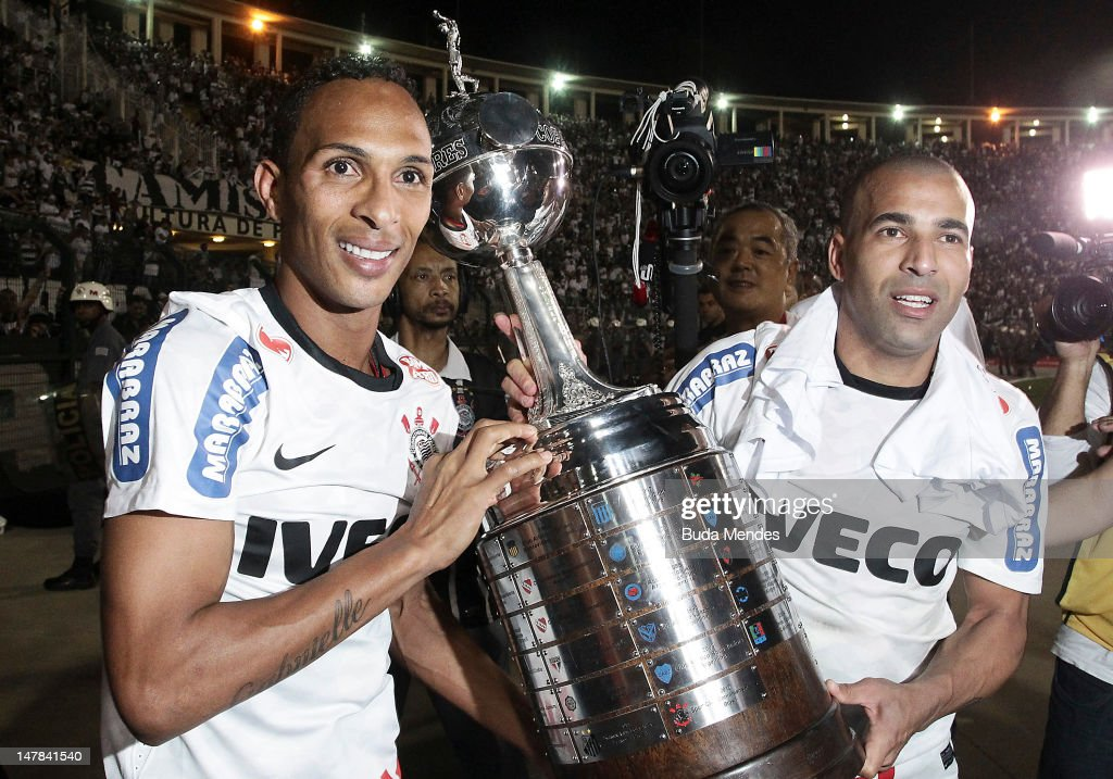 <a gi-track='captionPersonalityLinkClicked' href=/galleries/search?phrase=Liedson&family=editorial&specificpeople=674137 ng-click='$event.stopPropagation()'>Liedson</a> (L) and Emerson of Corinthians, celebrate a title holding up the trophy after the second leg of the final of the Copa Libertadores 2012 between Boca Juniors of Argentina and Corinthians of Brazil at Pacaembu Stadium on July 04, 2012 in Sao Paulo, Brazil.