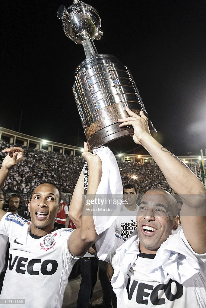 <a gi-track='captionPersonalityLinkClicked' href=/galleries/search?phrase=Liedson&family=editorial&specificpeople=674137 ng-click='$event.stopPropagation()'>Liedson</a> (L) and Emerson of Corinthians, celebrate the title holding up the trophy after the second leg of the final of the Copa Libertadores 2012 between Boca Juniors of Argentina and Corinthians of Brazil at Pacaembu Stadium on July 04, 2012 in Sao Paulo, Brazil.