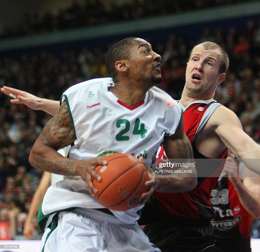 Lietuvos Rytas Marijonas Petravicius (R) vies with Unicaja's Marcus Haislip (R) during their Euroleague basketball Championship match in Vilnius, 23 January 2008. AFP PHOTO / Petras Malukas