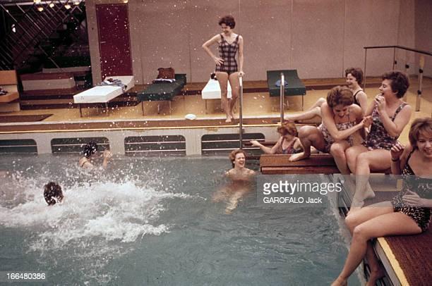 Life Aboard The Liner 'France' En février 1962 sur le paquebot 'France' lors de sa première traversée Le HavreNew York Une femme vient de plonger...