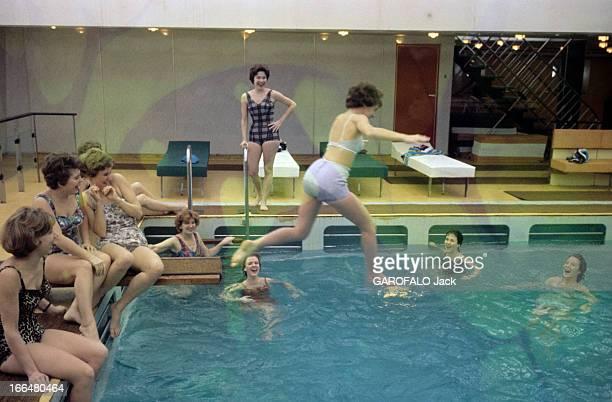 Life Aboard The Liner 'France' En février 1962 sur le paquebot 'France' lors de sa première traversée Le HavreNew York Une femme plonge dans la...