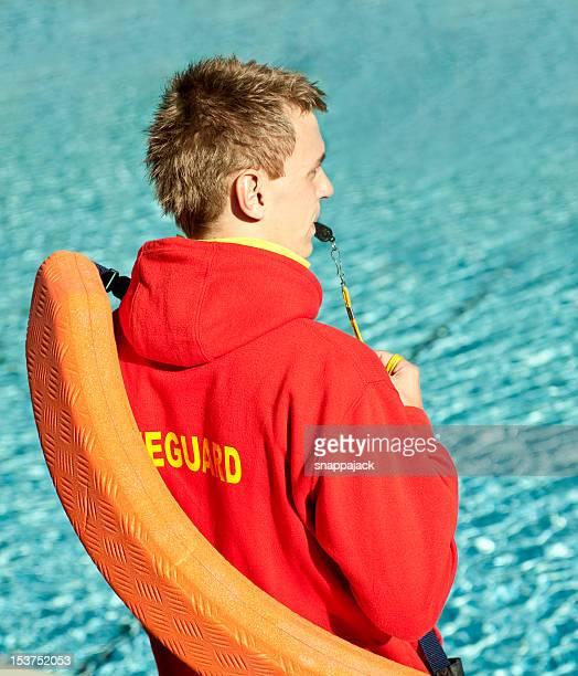 Sauveteur en regardant la piscine