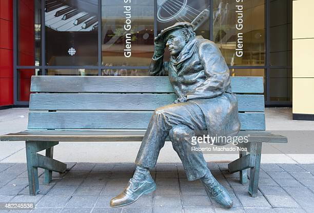 Lifesized bronze statue of Glenn Gould sitting on a park bench outside the CBC Building in downtown Toronto