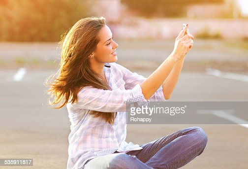 Lifestyle portrait happy beautiful woman doing a self-portrait o : Stock Photo