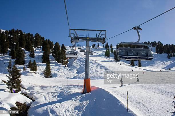 Aufzüge und Skifahrer
