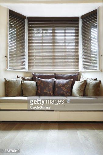 Habitación amplia y bien iluminada con persianas de madera