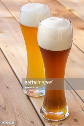 Light and dark German wheat beer : Stockfoto