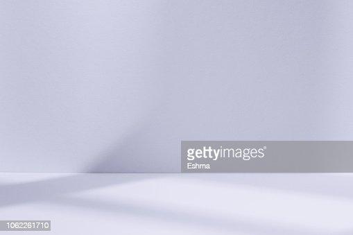 Espace lumière studio bleu avec une ombre de fenêtre : Photo