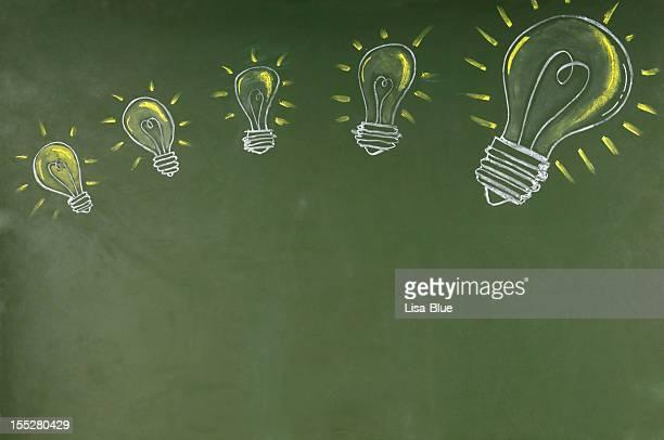 Lâmpadas Sketched em Blackboard.Copy espaço.