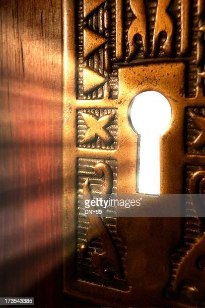 Tageslicht durch Stromversorgung erzeugt wird durch ein Schlüssel Loch aus einem geheimnisvollen Zimmer
